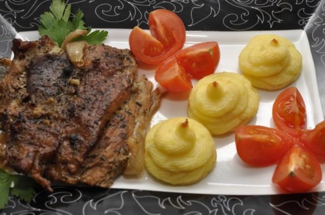 Idei de pranz: Supa crema de legume si ceafa de porc la cuptor in sos de vin si soia cu cartofi duchesse