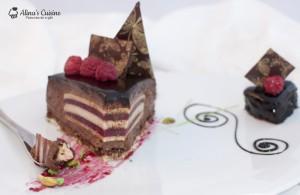 Tort entremet cu ciocolata neagră, zmeură și fistic